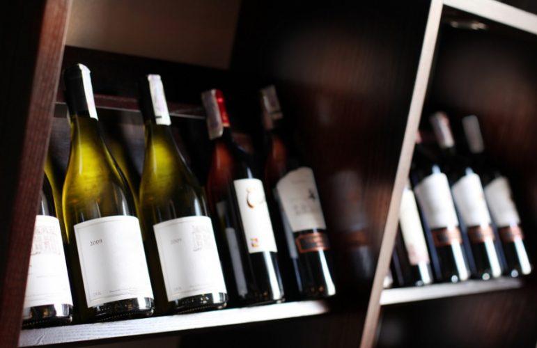 """Бутылки из """"сечинской"""" корзинки. Корреспондент """"НИ"""" оценила вино вместо Алексея Улюкаева"""